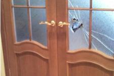 Как заменить стекло в дверь самостоятельно