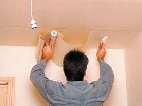 Как поклеить обои на потолок правильно
