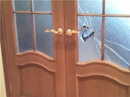 Как поставить в дверь стекло