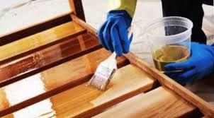 Покрываем древесину лаком