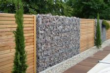 Как украсить забор в доме из бруса