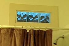 Окно в ванной: монтаж стеклоблоков