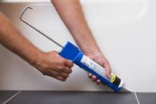 Грибок в душевой кабине: укладываем силиконовый герметик