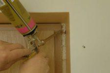 Установка двери при помощи пены