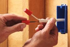 Прокладка электропроводки в домах и банях из бруса