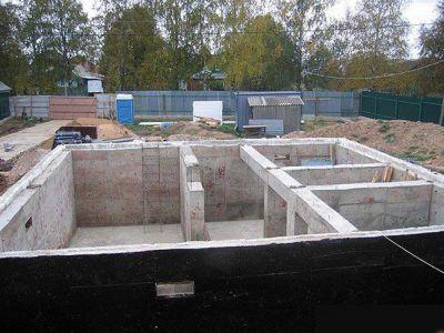 Какие механизмы участвуют при выполнении фундамента под жилой дом?