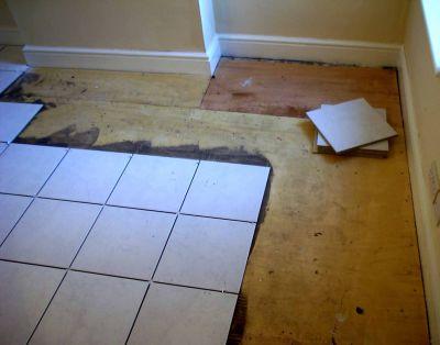 Каким образом совершается укладка плитки на деревянное основание