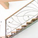 Лестница на металлическом каркасе с деревянной отделкой – украшение интерьера
