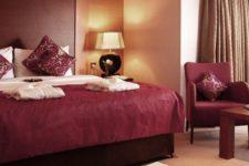 Оформление спальни в бордовом цвете