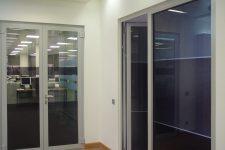 Пластиковые двери в офис