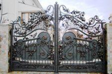 Кованые ворота — декоративный элемент и надежная защита
