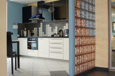 Стеклоблоки в интерьере квартиры: особенности применения и монтажа
