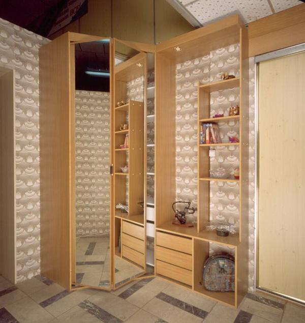Угловые шкафы в прихожей