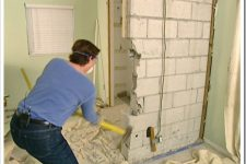 Демонтаж стены из шлакоблоков