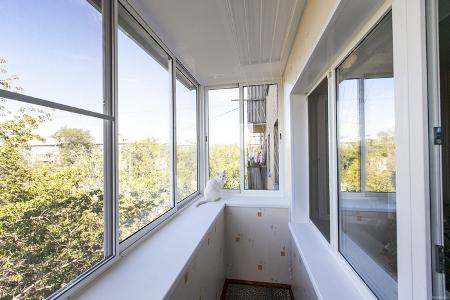 Выбираем окна для остекления балкона или лоджии