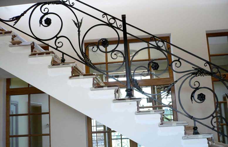 Лестницы с коваными перилами, особенности, преимущества