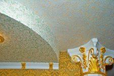 Оклеиваем потолок обоями