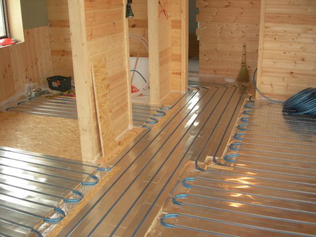 Как сделать пол в деревянном доме теплым?