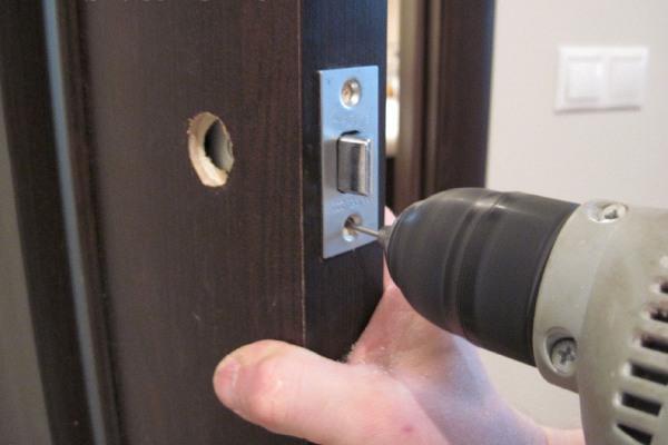Пошаговая инструкция по врезке замка в межкомнатную дверь