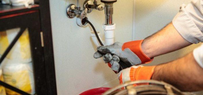 Как можно устранить сильный засор в канализационной трубе?