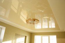 Цветной или белый натяжной потолок