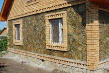 Облицовка наружных стен дома натуральным или искусственным камнем