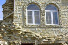 Отделка фасада известняком – распространенные способы монтажа