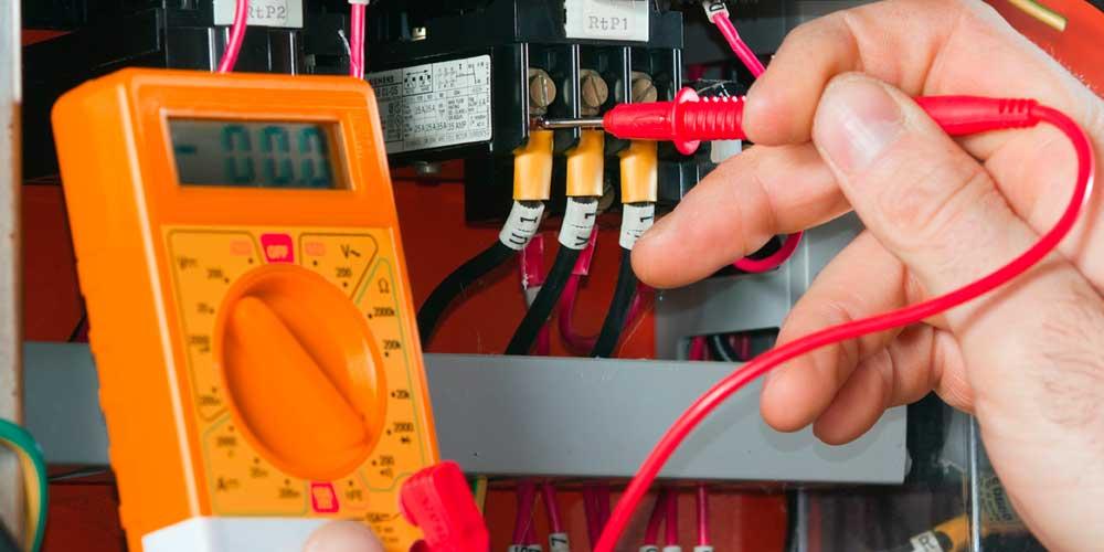 Почему важно своевременно обращаться к электрику?