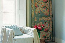 Старая деревянная дверь как декор в интерьере: шесть идей для воплощения