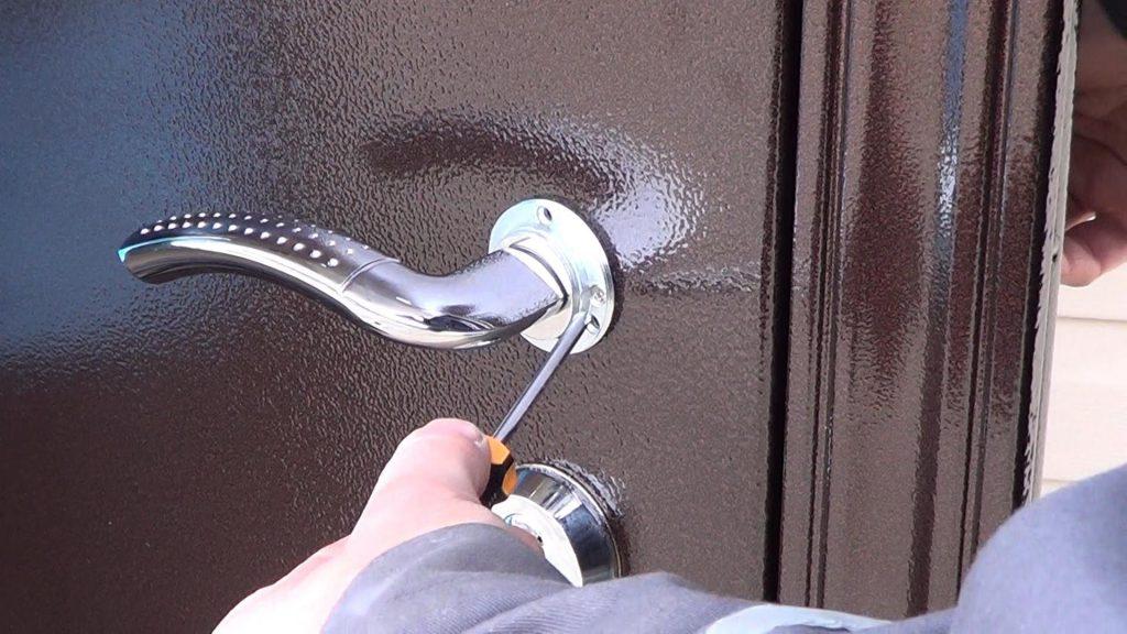 Устранение перекоса металлической двери