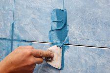 Зашивание швов при укладке кафельной плитки