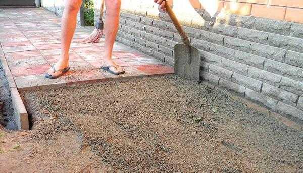 Как уложить тротуарную плитку у себя на участке?