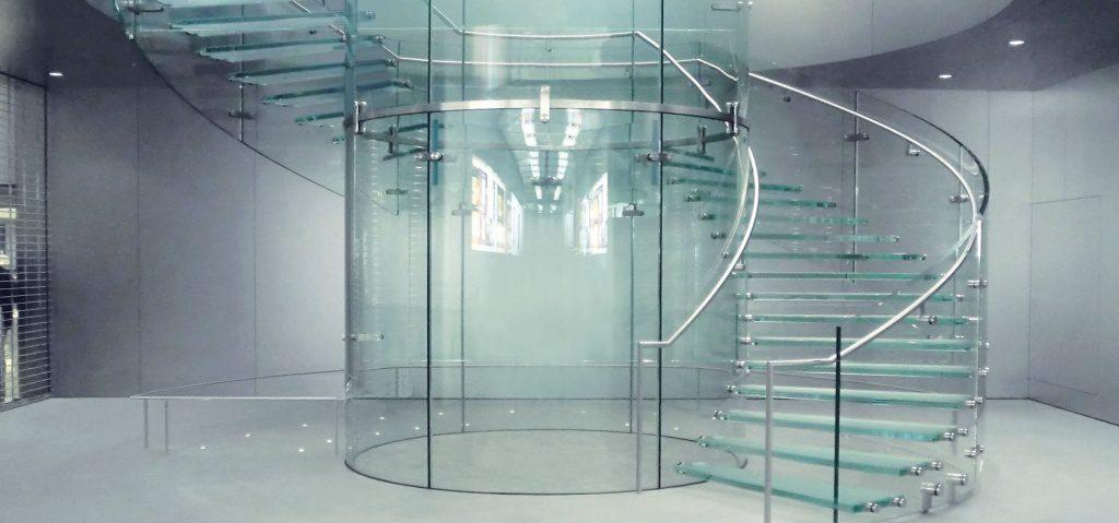 Стеклянные конструкции: применимость, особенности, преимущества и возможность заказа