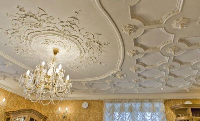 Применение гипсовой лепнины на потолке