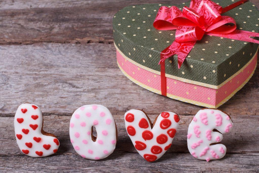 Что подарить девушке на День святого Валентина?