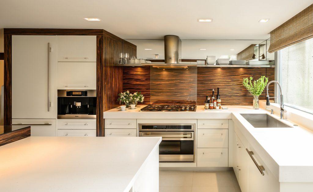 Шкафчики, открытые полки или пустые стены: что выбрать для кухни?