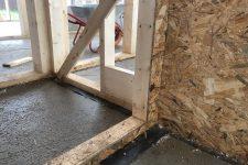 Энергоэффективность в деталях: правила применения отсечной гидроизоляции и ленты-герметика при строительстве каркасных домов