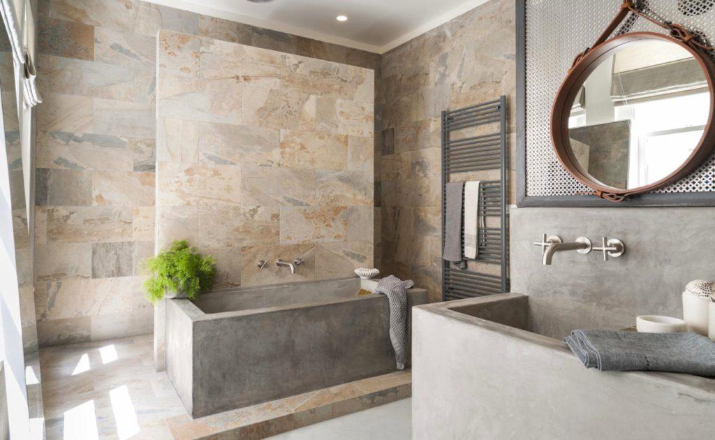 Стильная строгость: варианты использования бетона в ванной комнате