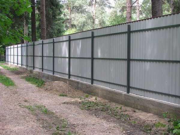 Устанавливаем забор из профнастила своими руками