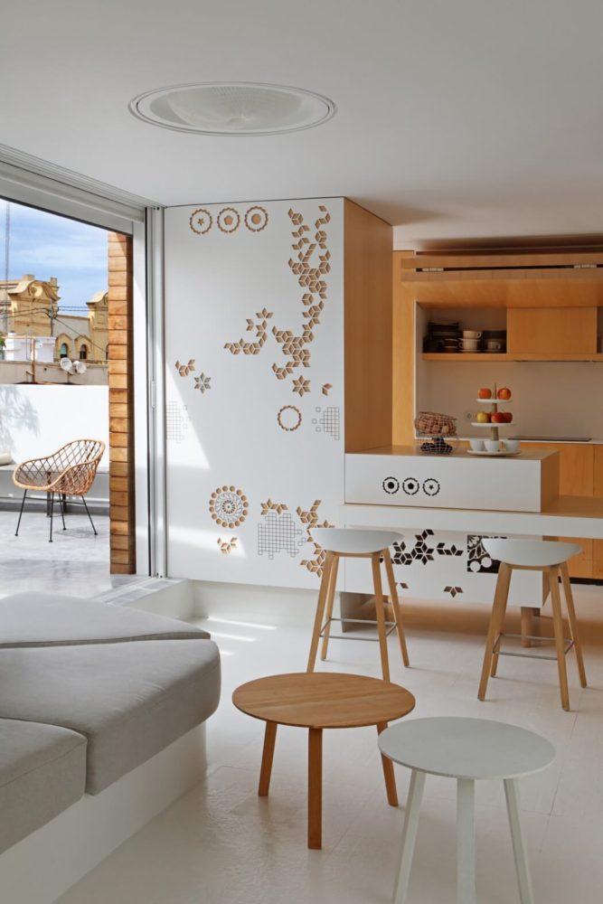 Квартира с парящей над полом кроватью, белыми стенами, чёрным унитазом и спальней за стеклом
