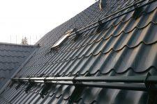 Снегозадержатель — незаменимый атрибут для крыши