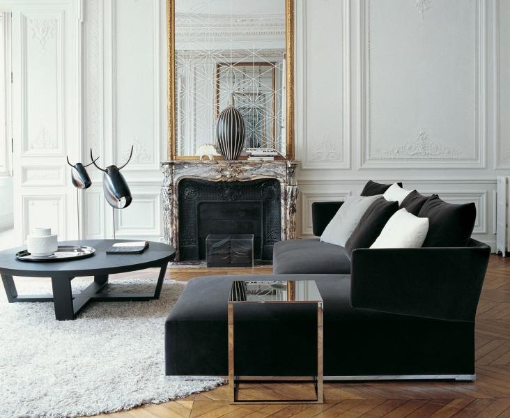 Диван черного цвета в интерьере гостиной