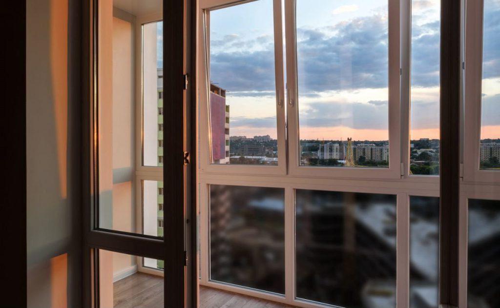 По каким правилам происходит остекление балкона?
