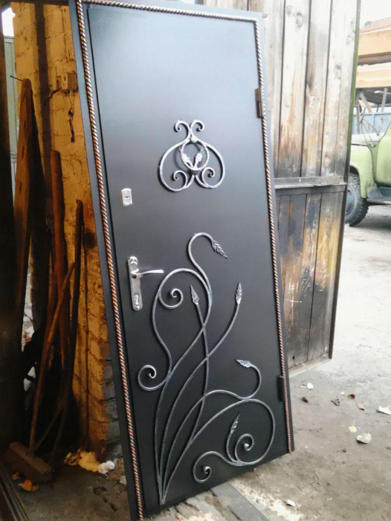 Виды и особенности стальных дверей с ковкой