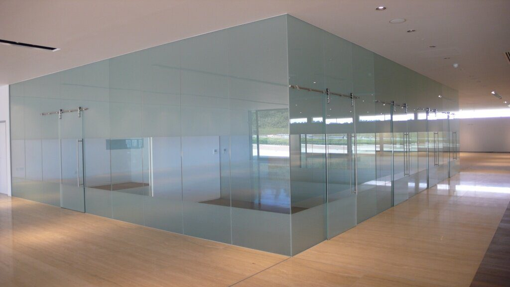 Преимущества и использование стеклянных перегородок