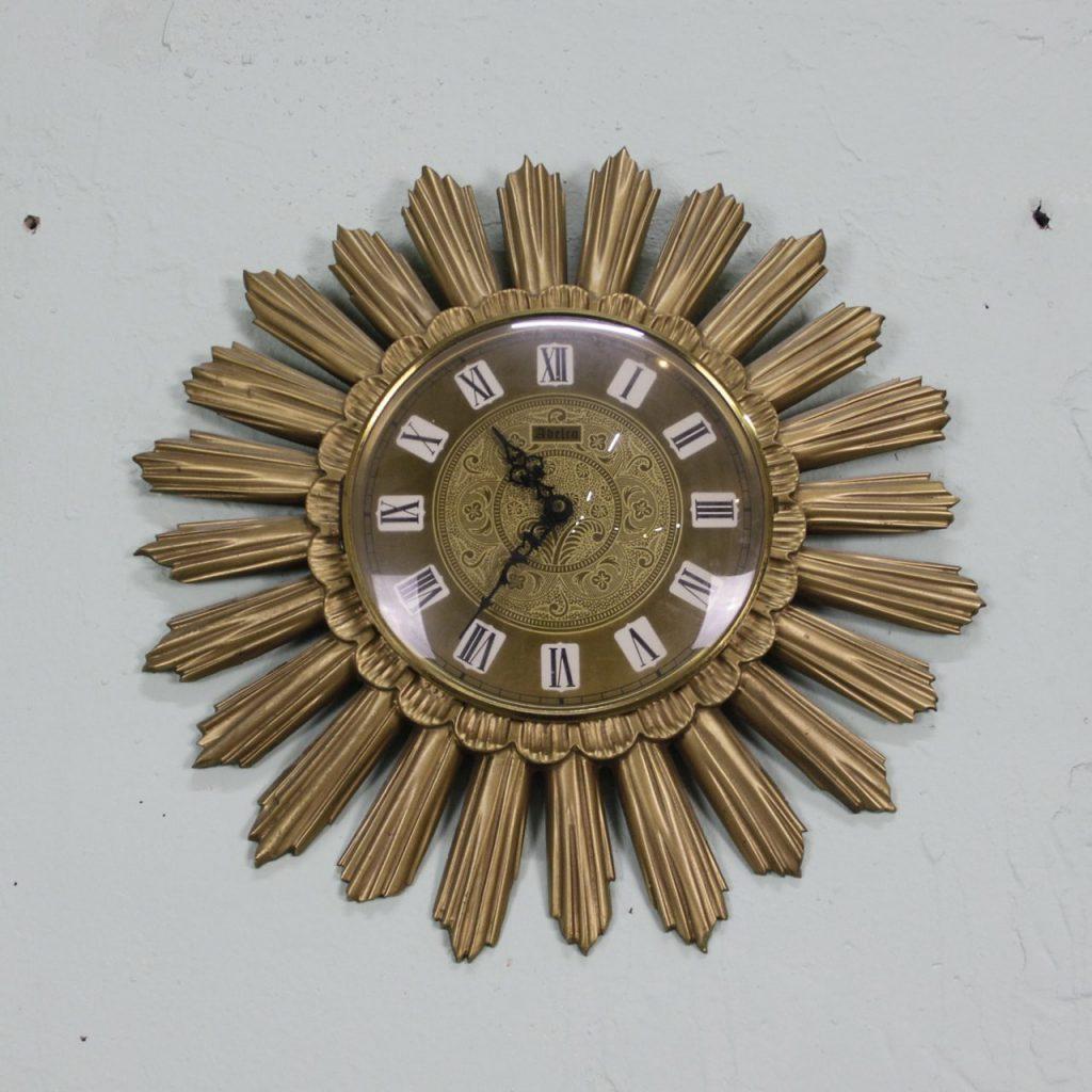 Винтажные настенные часы – характеристики и использование в интерьере