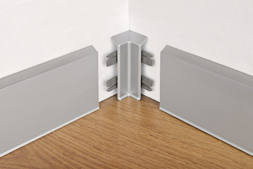 Плинтус алюминиевый накладной: преимущества использования в декоративной отделке дома