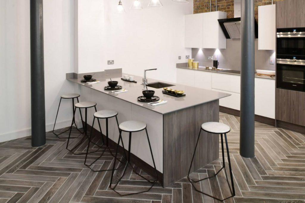 Какую напольную плитку лучше выбрать для кухни?