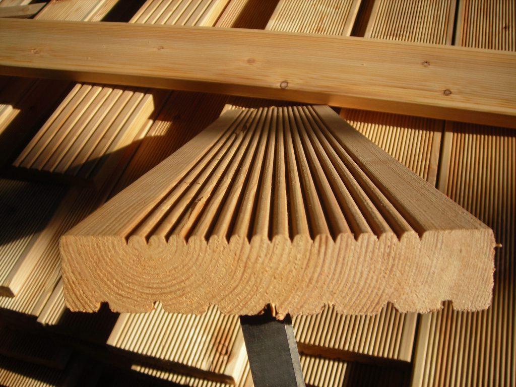Какую террасную доску лучше купить: из натуральной древесины или композита
