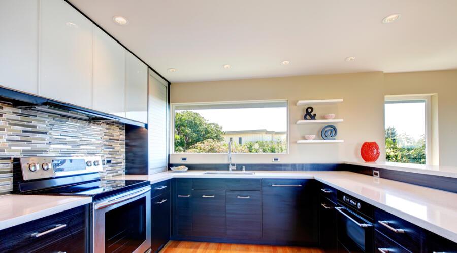 Чем хороши кухонные гарнитуры до потолка?